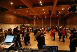 Veranstaltungssaal und TänzerInnen